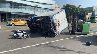 失竊貨車躲警過彎失控 直撞4機車側翻壓死女騎士