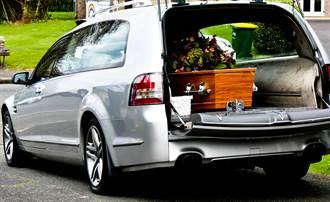 靈車司機棺材旁爽嗑漢堡被投訴 公司無奈吐辛酸真相