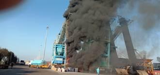 台中港碼頭卸煤機起火 濃煙竄天駭人
