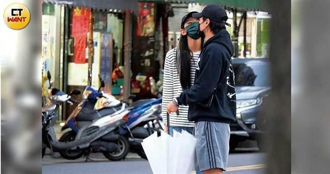 李千那隔著口罩向是元介索吻,撒嬌的模樣十分可愛。(圖/本刊攝影組)