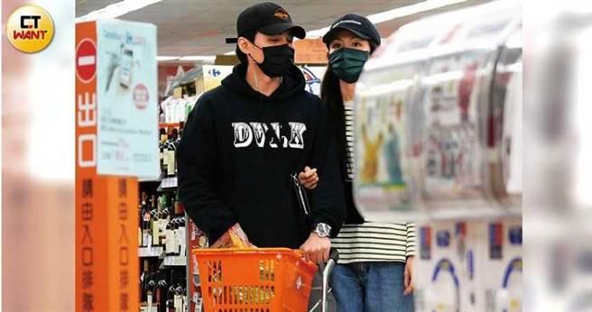逛超市時,李千那依然緊勾著是元介,似乎一刻都不想分開。(圖/本刊攝影組)