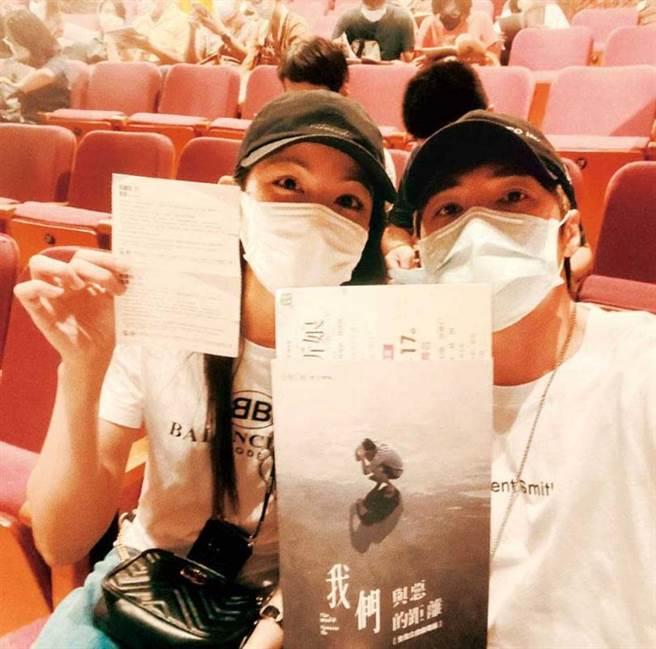 是元介的社群網站常可見到李千那的身影,兩人也曾一起看舞台劇。(圖/翻攝自是元介臉書)