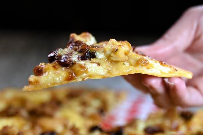 〈Alleycat's〉的〈宮保雞丁Pizza〉,主要餡料有雞肉、乾辣椒、青蔥和花生碎。(圖/姚舜)