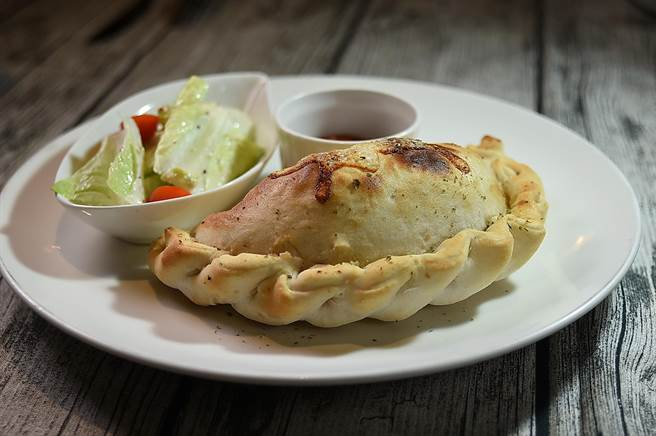 〈Alleycat's〉菜單上的「半月形派餅」,其實就是義大利披薩餃卡頌尼Calzone,也是店內人氣招牌選項。(圖/姚舜)