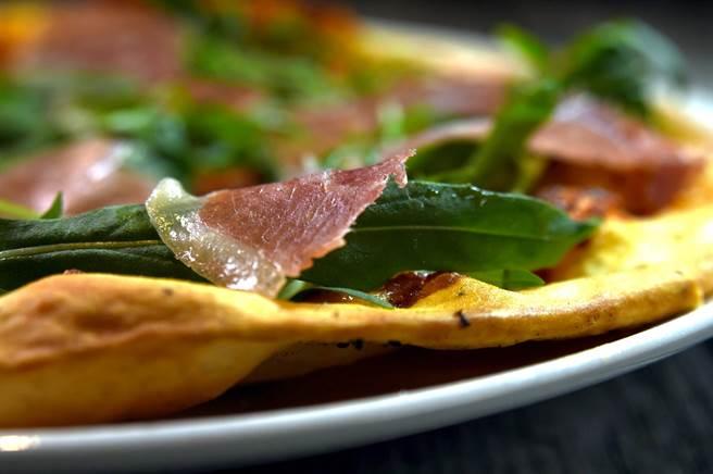〈Alleycat's〉窯烤Pizza主打薄脆,網路上不少吃貨以「像餅乾一樣又薄又脆」形容餅皮口感。(圖/姚舜)