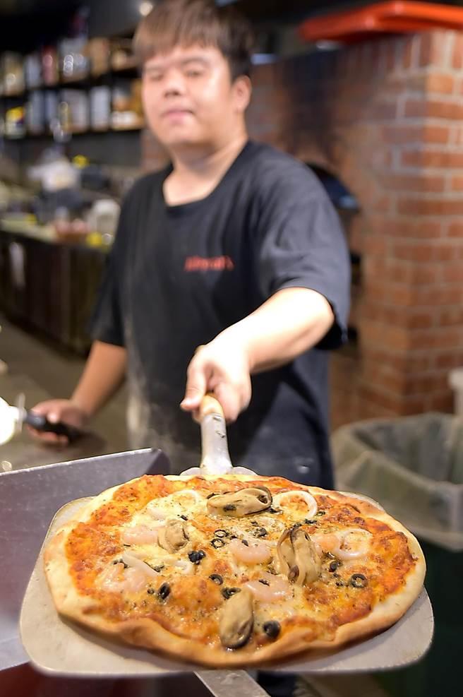 開在華山文創園區內的〈Alleycat's〉概念店有磚砌窯烤爐,Pizza都是客人現點、廚師現做。(圖/姚舜)