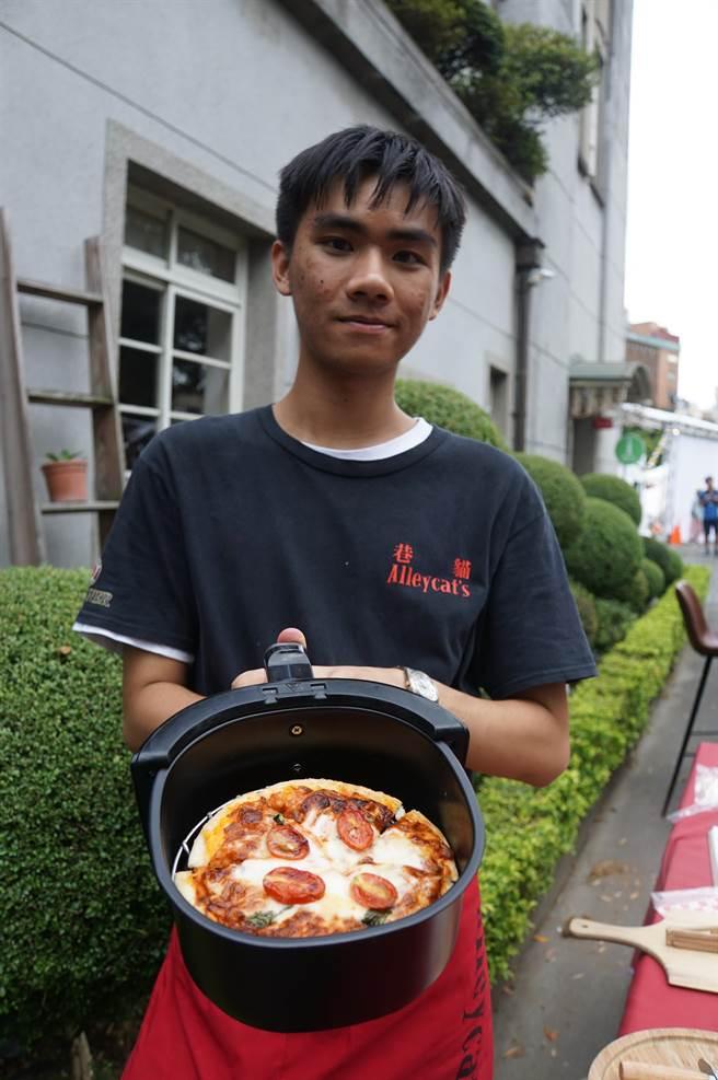 〈Alleycat's〉已成功研發出用氣炸鍋即可輕鬆做好的〈氣炸鍋小披薩〉,不久後即將打進通路上架開賣。(圖/姚舜)