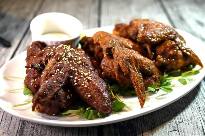 〈Alleycat's〉的〈雞翅組合〉,以日式和風、 韓式辣醬,以及美式水牛城3種風味雞翅作成拼盤呈現。(圖/姚舜)