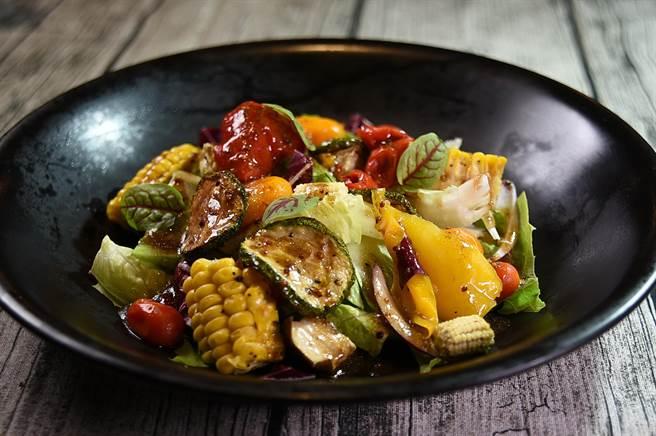 〈Alleycat's〉的〈小農食蔬〉非常有「內涵」,所用的蔬食食材超過15種,健康美味、非常受歡迎。(圖/姚舜)