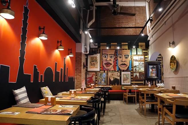 開在台北華山文創園區的〈Alleycat's〉,約略可區隔出3個用餐空間,店裝融合文創與現代藝術風格。(圖/姚舜)