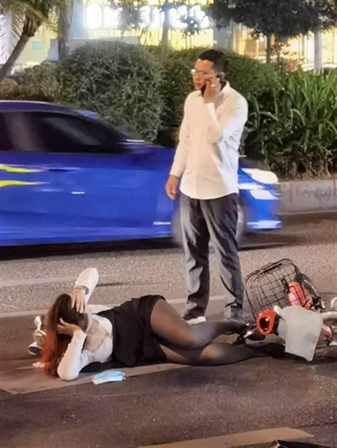 女騎士遭撞後倒在地上,嫵媚的「神姿勢」讓網友傻眼。(圖/翻攝自爆廢公社公開版)