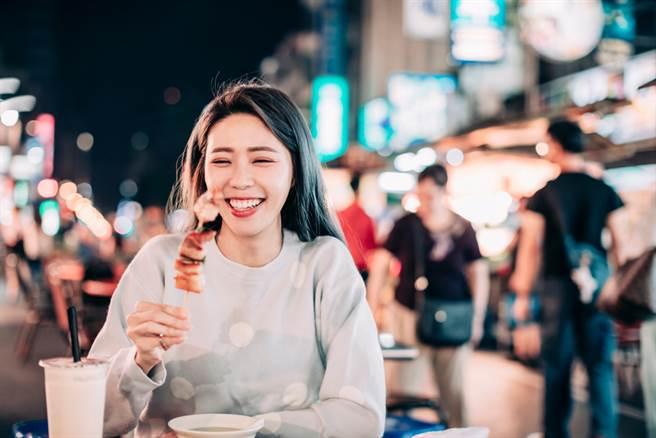 台灣夜市小吃多,是民眾外食的主要來源之一,但烹調方式常帶來過多熱量,也易造成血糖高低起伏。此為示意圖。(達志影像/shutterstock)
