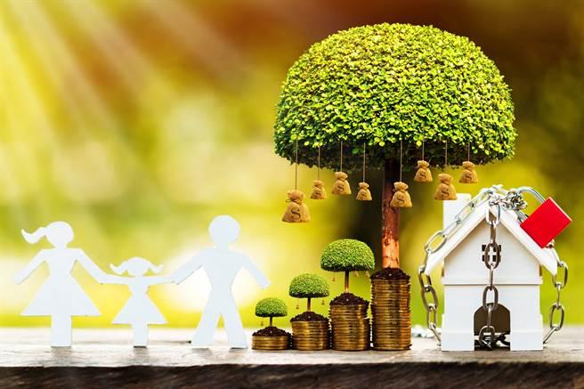 《專題報導》歲末進行保單檢視  近來很夯、熱賣的投資型保單投保愛注意!(圖/小花平台保險提供)