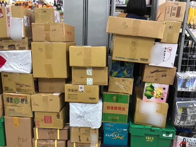 雙11包裹炸多!超商貼「超直白公告」解釋物流狀態,網友一看直呼「店員快被逼瘋了」。(示意圖/何立雯攝)