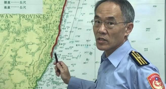 海巡隊第六隊副隊長黃大港說明搜尋海域。(王志偉攝)