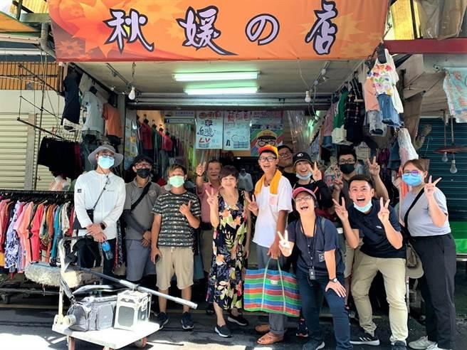 青年組成的「返鄉接地氣」團隊,透過市場導覽,帶領民眾認識宜蘭在地故事。(教育部提供/林志成台北傳真)