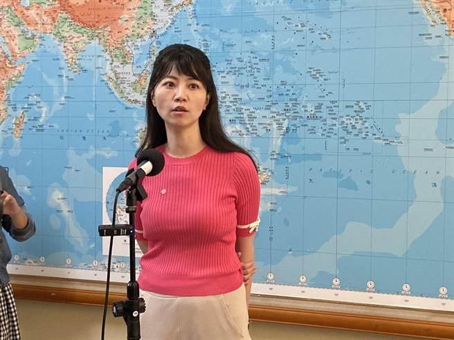 民進黨立委高嘉瑜被質疑名下2房,對外卻聲稱高房價買不起房,她表示,買房一事在財產申報跟媒體訪問都有說明,並沒有隱瞞。(林縉明攝)