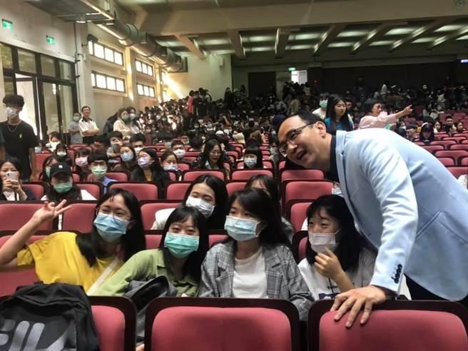 朱立倫赴中原大學演講與學生互動熱絡。(呂筱蟬攝)