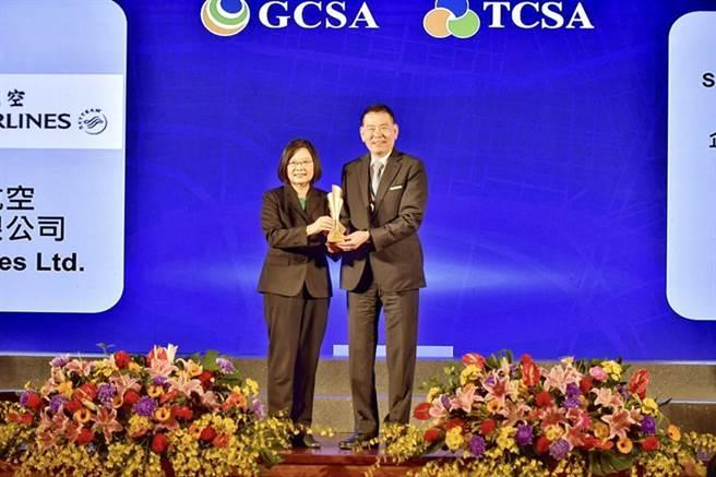(華航七度榮獲台灣企業永續經營獎,由總統蔡英文(左)親自頒獎給華航董事長謝世謙(右)。圖/華航提供)