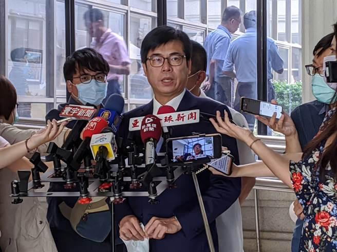 高雄巿長陳其邁18日在議會受訪。(曹明正攝)