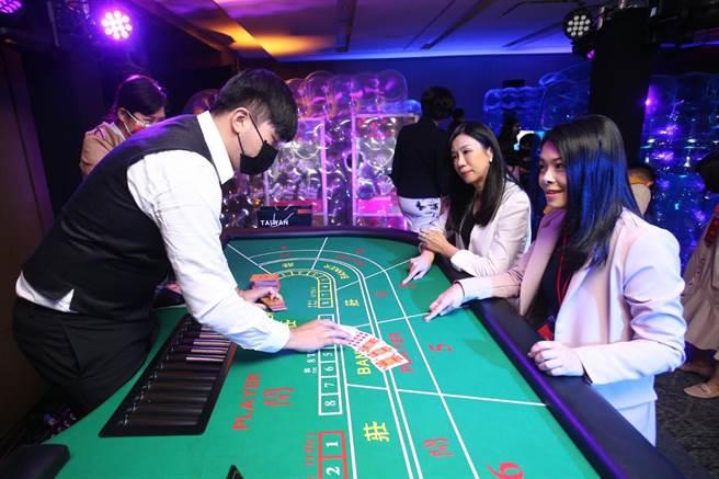 走进文策院「TCCF创意内容大会」的「始多利交易所」游戏间,彷佛回到古早的台湾游乐场,但扑克牌上印的却是摘自台湾文学、漫画作品的经典名句。(杜宜谙摄)