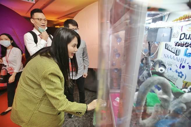 文策院「TCCF创意内容大会」的「始多利交易所」游戏间,彷佛回到古早的台湾游乐场,立委赖品妤现场玩起夹娃娃机。(杜宜谙摄)