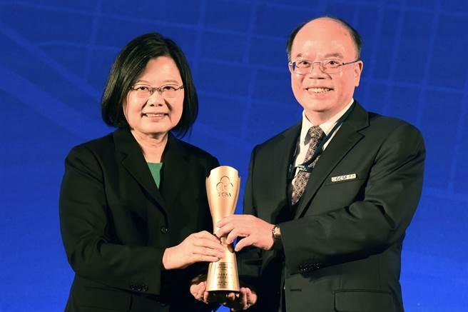 蔡英文總統(圖左)頒發TCSA台灣企業永續獎,日月光投控由行政長汪渡村(圖右)代表授獎。(圖/日月光投控提供)