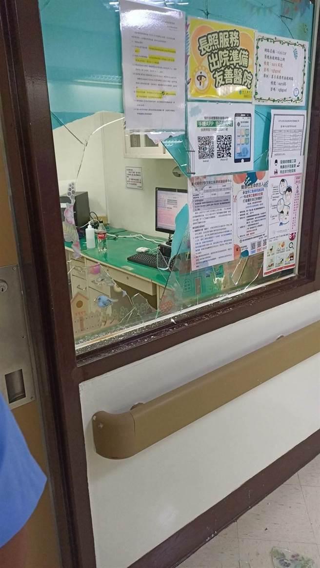 北榮呂姓病患因不滿醫師用藥,竟以鐵質點滴架打破值班室門窗玻璃,士林地檢署依違反醫療法提起公訴。(圖:民眾提供)
