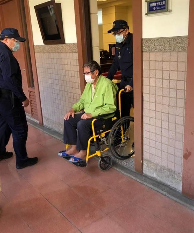 高雄地院針對巡防艇建構詐貸案首度開庭,還在押的陳慶男神情落寞坐輪椅由法警推行到庭。(洪浩軒攝)