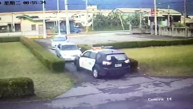 警方昨前往透天厝逮人,艾與莊逃避追捕,竟將車輛直接開到光華派出所前,只好乖乖就逮。(警方提供提供/羅亦晽花蓮傳真)