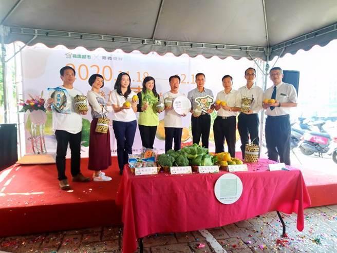 嘉义县长翁章梁18日与枫康超市总经理杨忠信,共同启动嘉义优鲜好物上架开卖仪式。图/曾丽芳摄