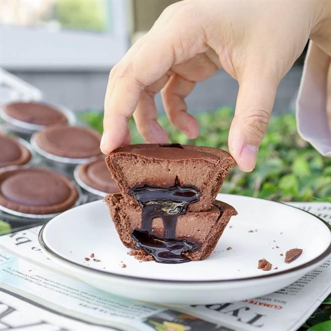 好市多推出「迷你巧克力乳酪塔」,切開之後會流出濃郁的巧克力餡,讓網友狂嗑了6顆。(圖/賴胖的吃喝玩樂小天地提供)
