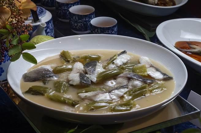 「FUN饗漁悅」,洋蔥酸菜水煮石斑魚。(陳麒全攝)