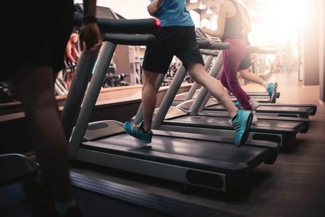 12月1日起,进入健身中心、室内泳池等八大类场都要强制佩戴口罩。(示意图/达志影像)