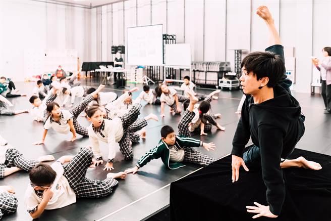 「身體律動課程」活動中,老師在引導學生用肢體展現空間感。(台中國家歌劇院提供/陳淑芬台中傳真)