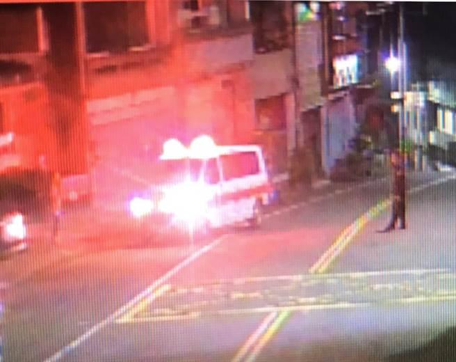 蓬莱所员警协助通知消防救护车至派出所会合接续将患者送医。(头份警分局提供/谢明俊苗栗传真)