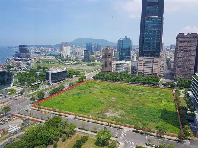 亞灣「特貿三」面積約5.3公頃,其中,位於成功路與新光路口的方型基地(紅線範圍),也是所謂南北基地的「北基地」。圖/顏瑞田攝