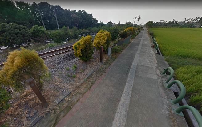 遭撞的5旬廖姓婦人,平時酗酒成癮,時常酒後在鐵路旁的腳踏車步道徘徊,當天酒後獨自坐在火車鐵路邊坡上。(翻攝google地圖/吳建輝彰化傳真)