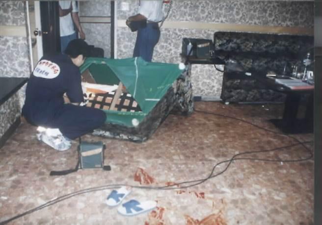 1998年9月間新竹市「辣妹風情」酒店槍擊命案,包廂地上血跡斑斑,死者王姓男經理所穿的拖鞋還留在包廂中。(圖/羅浚濱攝)