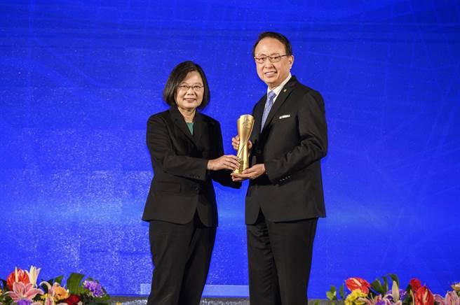 「2020台灣企業永續獎」頒獎典禮蔡英文總統(左)擔任頒獎人,台灣高鐵董事長江耀宗(右)接受此一殊榮。(高鐵提供)