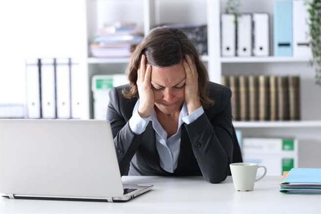 日前一名女網友心寒的表示,自己在公司任職2年,不久前來了一位新人,但就在在簽核對方的試用期表格時,發現對方薪資竟比自己高。(圖取自達志影像/示意圖非當事人)