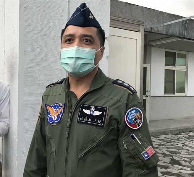 空軍第5聯隊基地上校政戰主任林德旺接受媒體訪問,證實海面發現油漬。(王志偉攝)