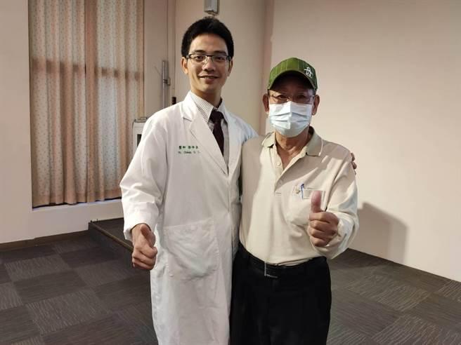 台中市70歲患者王先生(圖右),日前因排便不順,健檢發現已是大腸直腸癌第4期,接受治療後逐漸恢復健康。(張妍溱攝)