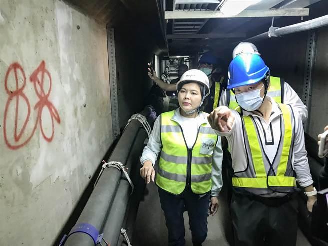 雲林縣長張麗善前往虎尾視察位於地底下的共同管道設備,該管道全長2.2公里,內含台電、中華電信等單位之設備管線。(周書聖攝)