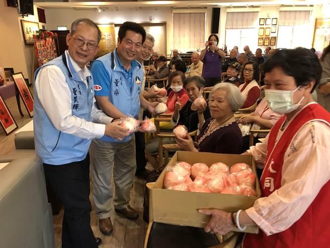百歲榮民蔣爺爺過生日,大同之家住友分享壽桃同沾喜氣。(李金生攝)