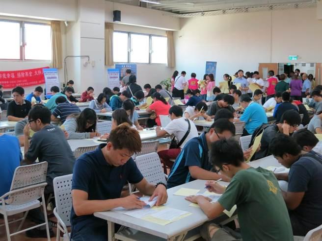 勞動部雲嘉南分署台南就業中心將於11月下旬辦理2場次徵才活動,提供超過800個工作機會。(勞動部雲嘉南分署台南就業中心提供/李宜杰台南傳真)