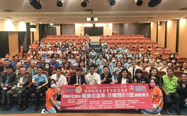 国际扶轮3502地区集结社会资源,捐赠一辆儿童行动诊疗车给虎尾若瑟医院,嘉惠云林县偏乡学童。(周书圣摄)