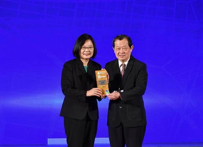 中油榮獲TCSA九大獎項 ,由總統蔡英文頒獎,董事長歐嘉瑞親自出席受獎與所有員工共享榮耀。圖/中油提供
