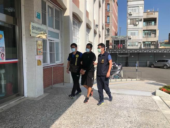 台南市政府警察局麻豆分局18日上午將涉嫌恐嚇的44歲李姓男子(中)拘提到案。 (讀者提供/劉秀芬台南傳真)