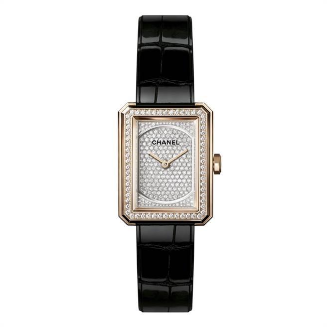 香奈兒Boy.Friend表,小型款、米色金鑲滿鑽、鱷魚壓紋表帶,121萬4000元。(CHANEL提供)